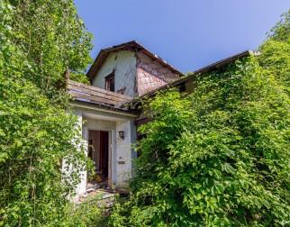 Haus mit Fabrik